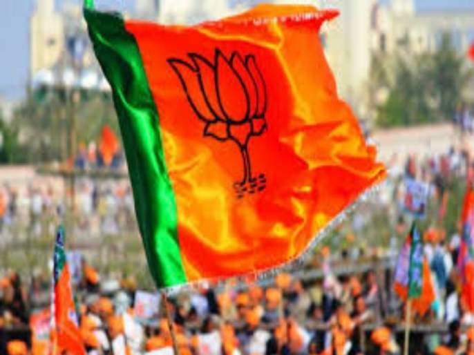 Pimpri gets BJP woman state president's honor, party body members gift car 'luxurious' | पिंपरीतील निष्ठावान महिला पदाधिकाऱ्याचा भाजपकडून सन्मान,पक्षातील स्थानिक नेत्यांकडून भेट गाडी'आलिशान'