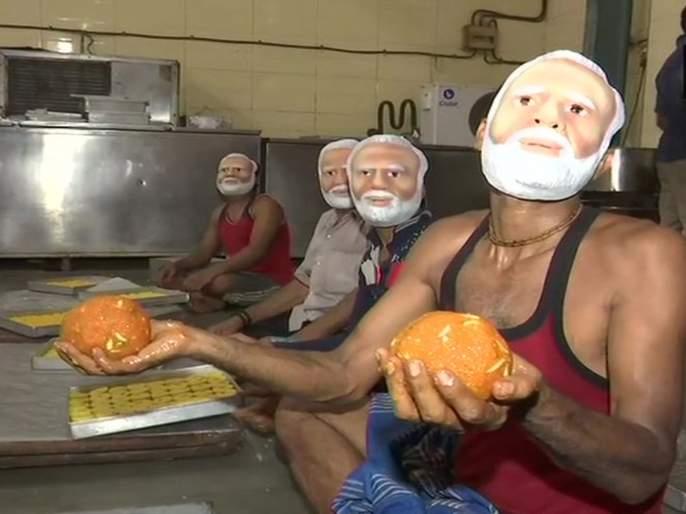 Sweet shop workers prepare sweets order by BJP candidate | एक्झिट पोलनंतर गोपाळ शेट्टींना नवी 'ऊर्मी'; २३ मे साठी मागवली २००० किलो मिठाई