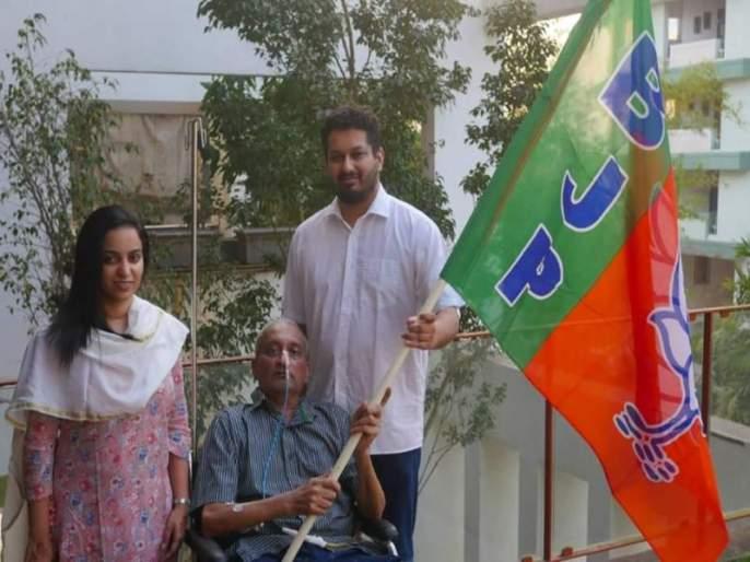BJP flagged by Parrikar, photo with family | पर्रीकरांच्या हाती भाजपाचा झेंडा, कुटुंबासोबत छायाचित्र जारी