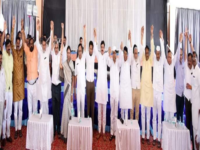 Lok Sabha Election 2019: Together: Coordination in Ahmadnagar | Lok Sabha Election 2019 :काँग्रेसचे जिल्हाध्यक्ष भाजपच्या व्यासपीठावर : डॉ.सुजय विखे यांना विजयी करण्याचे केले आवाहन