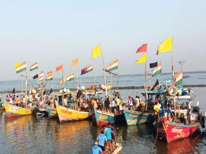 Black flag for ONGC; Fishermen Surveillance Survey | ओएनजीसीला काळे झेंडे; मच्छिमारांकडून सर्वेक्षण बोटीला घेराव
