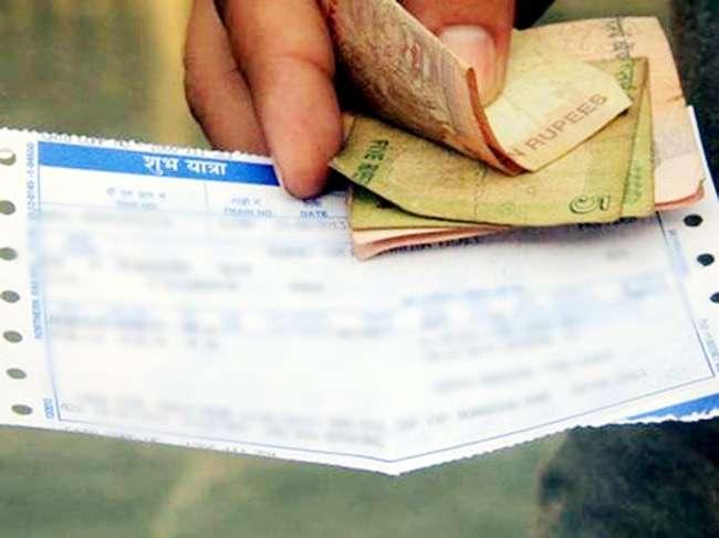 Black marketing in Online Railway Tickets in Akola | रेल्वेचे नियम पायदळी तुडवित तिकिटांचा काळाबाजार