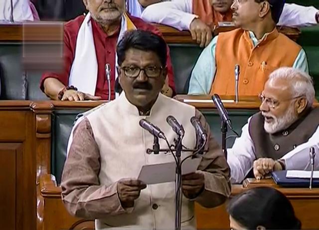 Maharashtra Election, Maharashtra Government:Impact of NDA Leave; Former Union Minister Arvind Sawant has to sit in the third row Lok Sabha   Maharashtra Government: एनडीए सोडल्याचा परिणाम; माजी केंद्रीय मंत्र्यांची रवानगी पहिल्या बाकावरुन थेट 'या' रांगेत