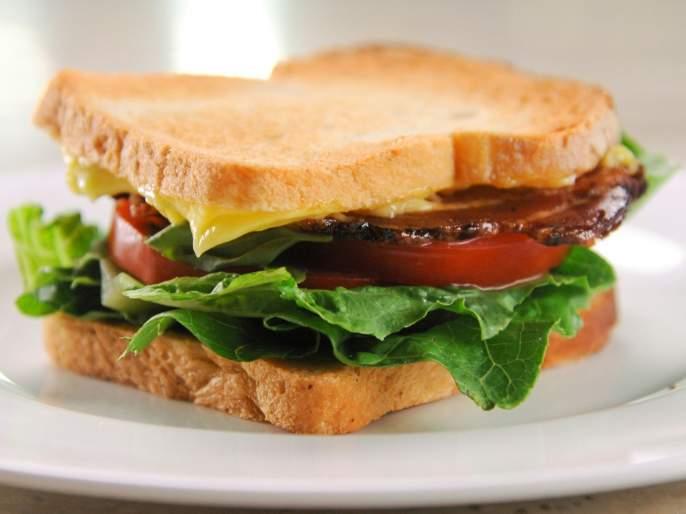 Man gets angry after restaurant writes rude word on wifes sandwich | बायकोच्या सँडविचवर रेस्टॉरंटने लिहिलं असं काही, नवऱ्याची झाली लाही लाही!