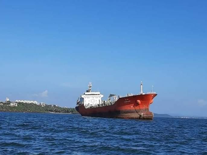 Continuing to remove Nafta from the ship, the notice of the Collector | जहाजातून नाफ्ता काढणेसुरूच, जिल्हाधिकाऱ्यांची नोटीस
