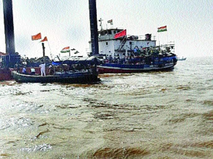 Fishermen staged a march directly into the sea | मच्छीमारांनी थेट समुद्रातच काढला मोर्चा, पाइपलाइनचे काम बंद पाडले