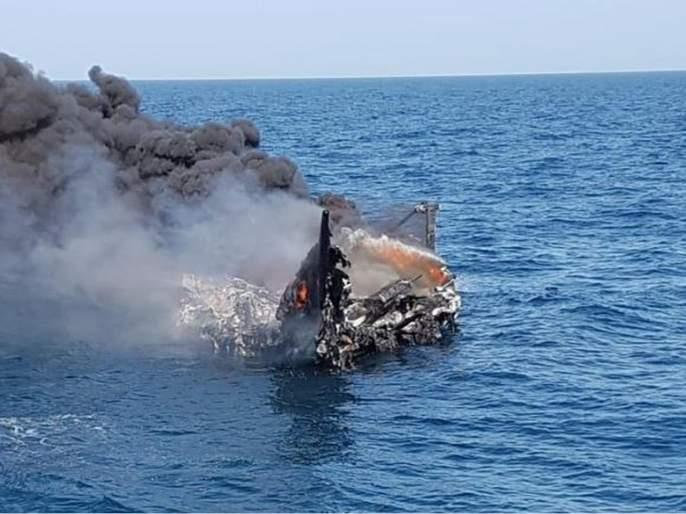 Pakistani boat crashed; Indian Coast Guard, Gujarat ATS Action | पाकिस्तानी बोटीला केले उध्वस्त; भारतीय तटरक्षक दल,गुजरात एटीएसची कारवाई