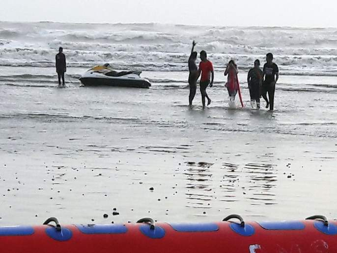 Despite the ban, boating continues in the sea shrouded in Diveagar | बंदी असतानाही दिवेआगरमध्ये खवळलेल्या समुद्रात बोटिंग सुरूच