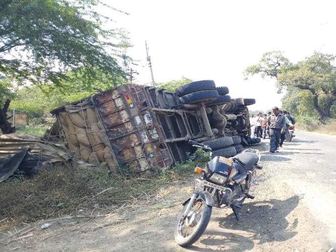 The truck overturned due to lack of sidebars; Two were injured   साईडपट्ट्याअभावी मालट्रक उलटला;दोन जण जखमी
