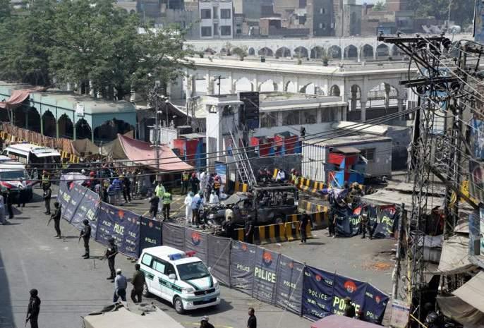 Pakistan remote controlled bomb blast in a mosque at balochistan | पाकमधील बलुचिस्तानमध्ये पुन्हा दहशतवादी हल्ला, 4 पोलिसांचा मृत्यू