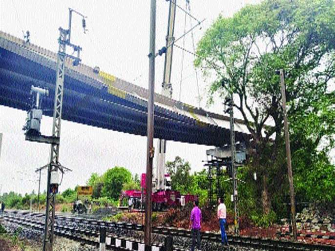 Due to the collapse of the bridge, an accident, two workers injured, six-hour service jam   पुलाचा गर्डर घसरून अपघात, दोन कामगार जखमी, सहा तास सेवा ठप्प