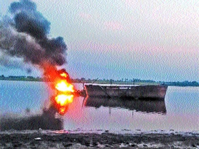 38 bomb blasts in Ujani reservoir have been destroyed by the explosion   उजनी जलाशयावर जिलेटिनचा स्फोट; ३८ बोटी केल्या नष्ट