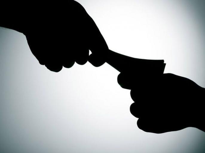 While accepting a bribe of Rs 8,000, the employee was caught raid handed | ८ हजारांची लाच स्विकारताना कर्मचाऱ्यला रंगेहाथ पकडले