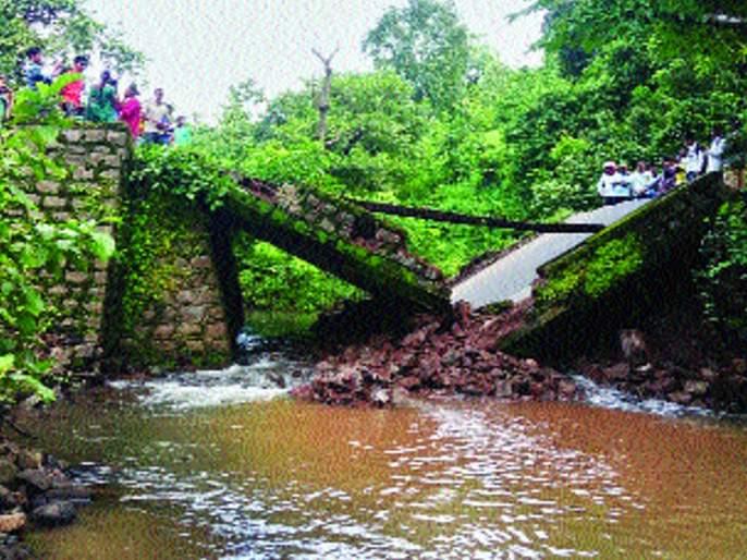 The bridge connecting Dhundalwadi Ambasari collapsed   धुंदलवाडी आंबेसरीला जोडणारा पूल कोसळला