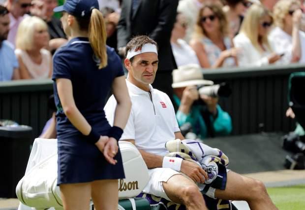 Roger Federer continues to search for water bottles on tennis courts; Finally, this person gave a helping hand | टेनिस कोर्टवर पाण्याची बाटली शोधतच राहीला फेडरर; अखेर 'या' व्यक्तीने दिला मदतीचा हात