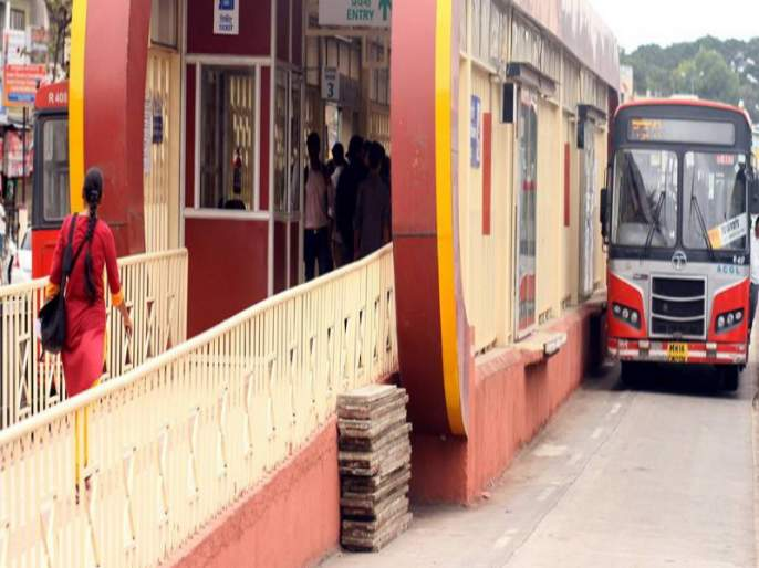 BRT stops insecure: due to lack of cleanliness and bad condition other people entry | 'बीआरटी'चे थांबे असुरक्षित : अस्वच्छता व अन्य लोकांच्या वावरामुळे दुरावस्था