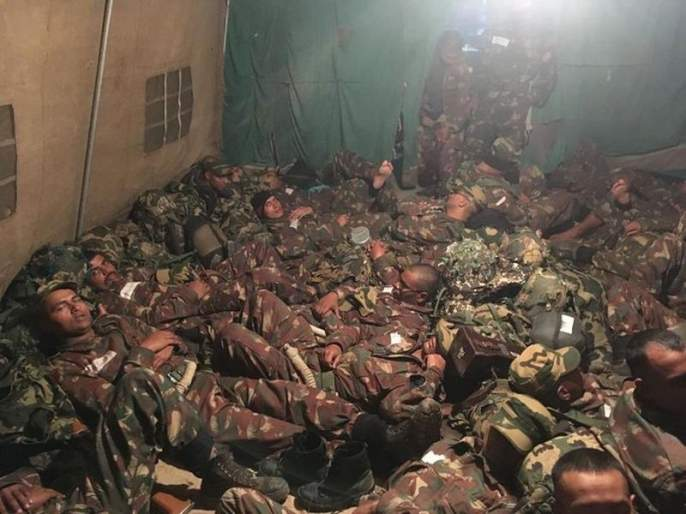 While We Complain About Lack Of Comfort, Here's What Rest Time Looks Like For Our Soldiers | तुमच्या जगण्याला सलाम ! BSF जवानांची 'Rest', इंटरनेटवर फोटो ठरतोय 'बेस्ट'
