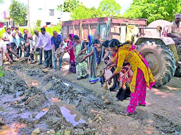 Women and senior citizens moved to repair roads in Bhusawal | भुसावळात रस्ते दुरुस्तीसाठी महिला व जेष्ठ नागरिक सरसावले