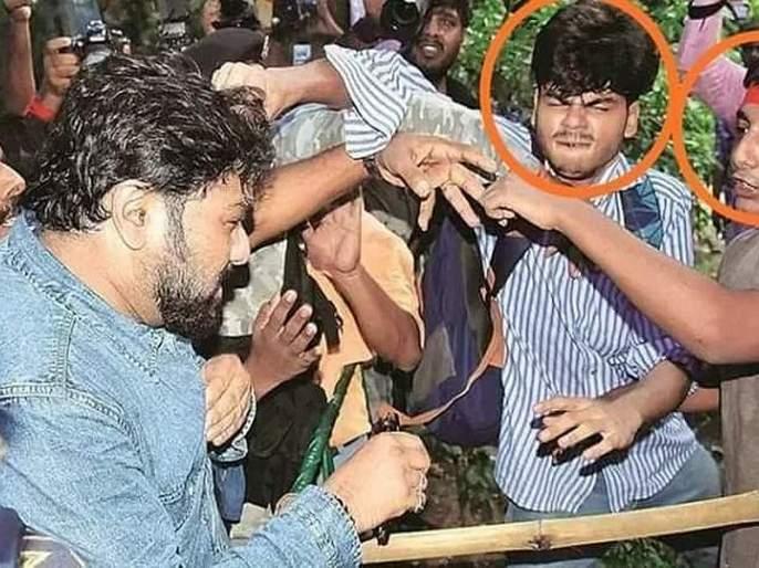 Governors freed babul supriya, minister hit by students in kolkata jadavpur university | क्रेंद्रीय मंत्र्यांना विद्यार्थ्यांची धक्काबुक्की, राज्यपालांनी केली सुटका