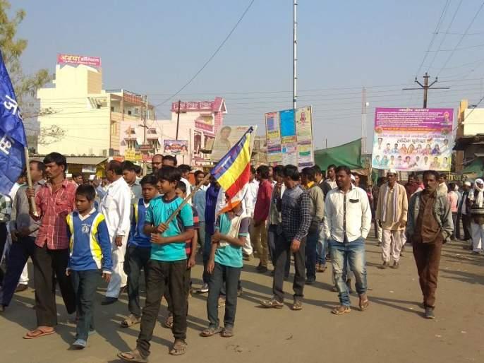 Koregaon Bhima: strike in buldhana | कोरेगाव भीमा : बुलडाण्यात कडकडीत बंद, बसेसवर दगडफेक