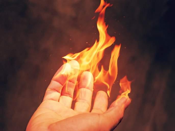 The contractor burnt the worker due to demanding payment | संतापजनक ; कामाचे पैसे मागणाऱ्याकामगारालाठेकेदाराने जाळले