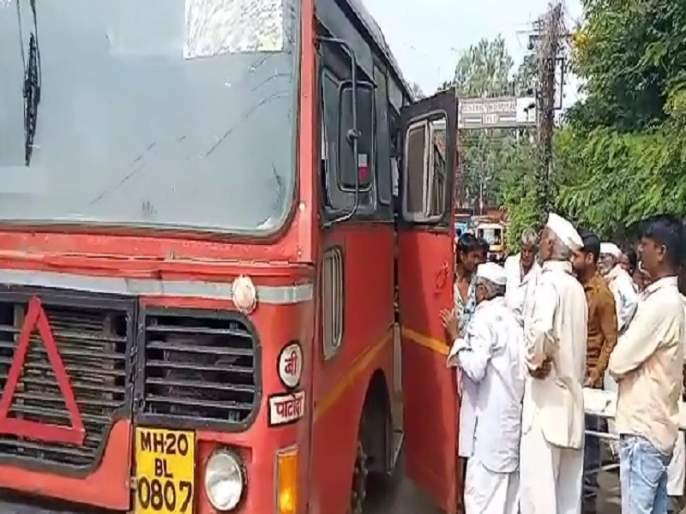 Passenger young man falls unconscious driver brings bus to hospital in Beed..! | प्रवासी तरुण पडला बेशुद्ध चालकाने बस आणली थेट रुग्णालयात..!