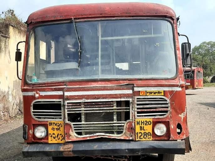 Parbhanikar's life-threatening journey through wreck buses | परभणीकरांचा भंगार बसेसमधून जीवघेणा प्रवास