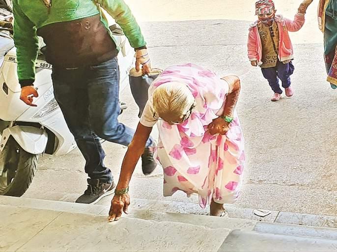 There is no use despite having a wheelchair at the bus stop; How can the journey of disabled and senior citizens be made smooth? | बसस्थानकात व्हीलचेअर असूनही उपयोग नाही; अपंग, ज्येष्ठ नागरिकांचा प्रवास सुसह्य होणार तरी कसा ?