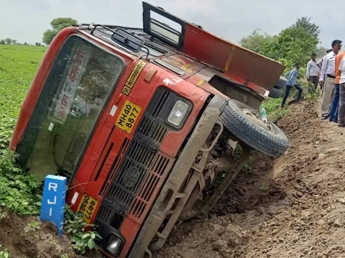 ST bus overturned; Passenger minor injuries | अकोला-मंगरुळपीर बस खड्ड्यात उलटली; प्रवासी किरकोळ जखमी
