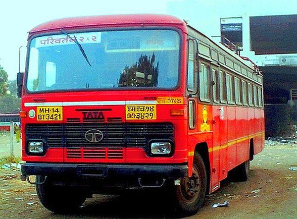 Brake to connect 24 bus ferries to 10 villages due to a bad road in Parbhani | परभणीत खराब रस्त्यामुळे १० गावांना जोडणा-या २४ बसफेर्यांना ब्रेक