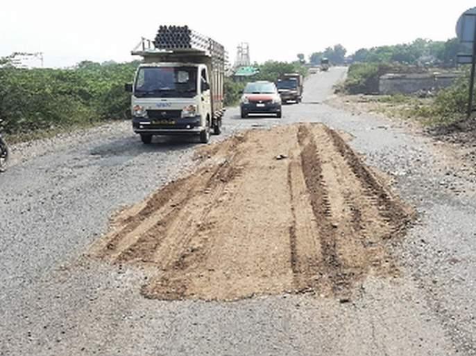 Strong soil filler on the highway | महामार्गावर चक्क मातीचा भराव