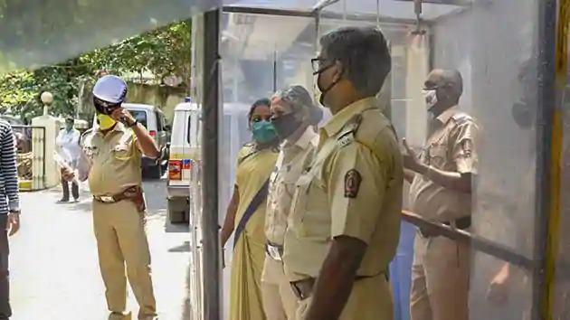 No deal with Pratap Saranaika, builder's wife's argument with ED officials | कोरोनाबाधित बिल्डरच्या घरी ईडीची धाड, पत्नीनं अधिकाऱ्यासोबत घातला वाद