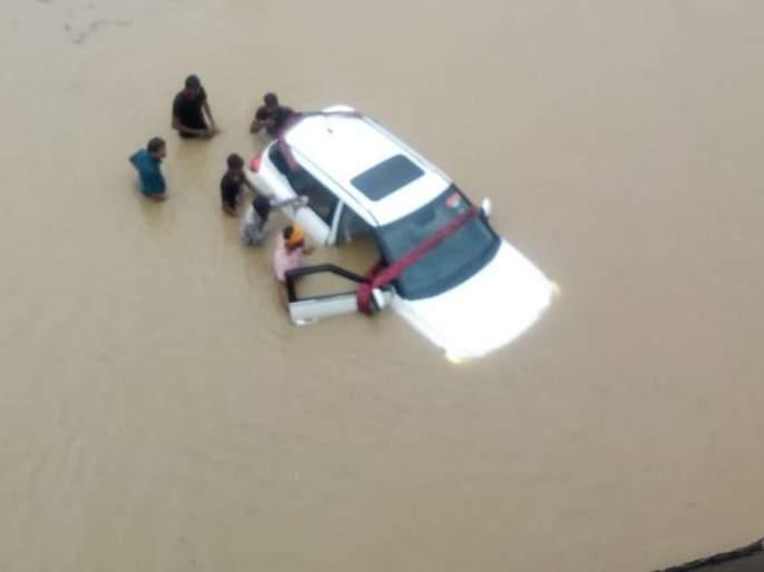 They saved in flood in Nagpur district | म्हणतात ना देव तारी त्याला कोण मारी...