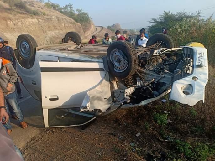 The car overturned due to a flat tire, saving three people | टायर फुटल्याने कार उलटली, तीन जण बचावले