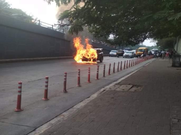 The car suddenly took a fire on the Pune University Chowk | पुणे विद्यापीठ चौकात कारने घेतला अचानक पेट