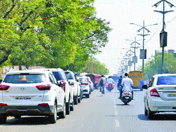 The stoppage of the car awaiting the VIP road in Solapur city | जागोजागी कार थांब्याने सोलापूर शहरातील व्हीआयपी रस्ता बनलाय अरुंद
