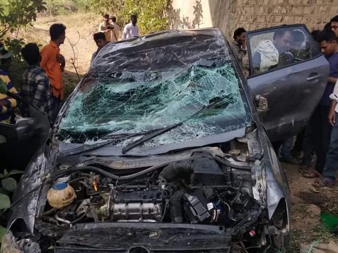 A tragic accident on Aundha-Jintur road; The car crashed off the bridge | औंढा-जिंतूर रोडवरभीषण अपघात; पुलावरुन कोसळलीकार
