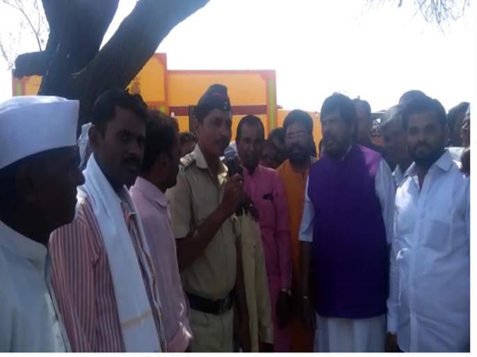 lok sabha election 2019 ramdas aathvale visited drought area | ....जेव्हा आठवलेंसमोर अवतरला पोलीस कवी