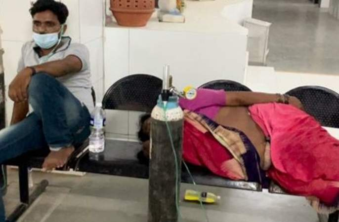 Odd picture in Kalyan Dombivali, oxygen is being given at the hospital | कल्याण डोंबिवलीतील विदारक चित्र, रुग्णालयात बाकावरच दिला जातोय ऑक्सीजन