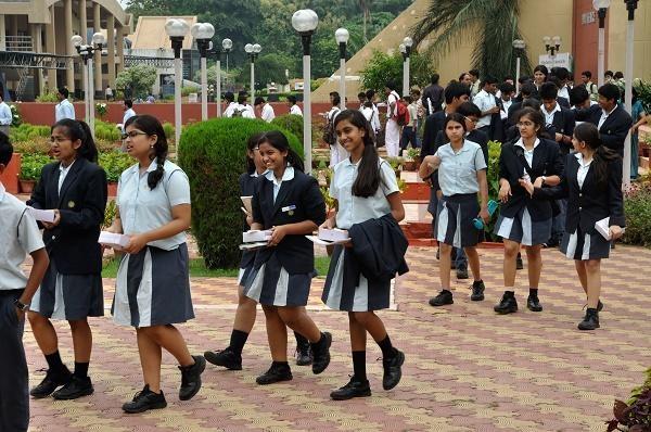 Schools should not charge full fees, Supreme Court instructs | शाळांनी पूर्ण शुल्क घेऊ नये; सुप्रीम कोर्टाची सूचना