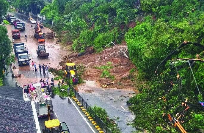 The Mumbai metropolis was hit like a hurricane   मुंबई महानगराला बसला चक्रीवादळासारखाच फटका