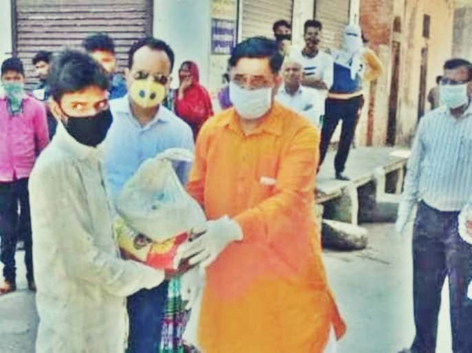 Coronavirus delhi bjp mla lodges complaint against mob gathered at residence   राशन-५ हजार रुपयांच्या अफवेने भाजप आमदाराच्या घरी उसळली गर्दी; दाखल करावी लागली तक्रार