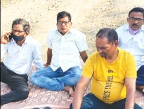 The villagers stopped the filling work of the project   प्रकल्पाच्या भरावाचे काम ग्रामस्थांनी पाडले बंद