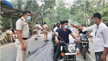 Roadblocks, railway stations, checkpoints, health teams | काेराेनाला राेखण्यासाठी 'नाकेबंदी', रेल्वेस्थानक, नाक्यांवर पाेलीस, आराेग्य पथके