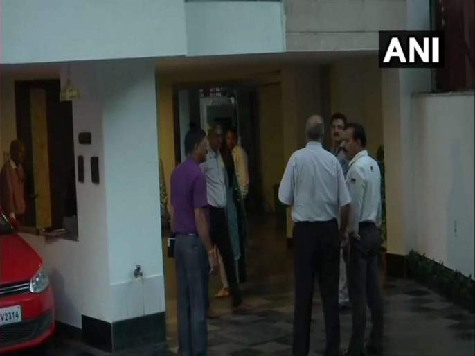 CBI team goes for Chidambaram's arrest, but returns empty handed! | चिदंबरम यांच्या अटकेसाठी सीबीआयचं पथक गेलं, पण रिकाम्या हातीच परतलं!