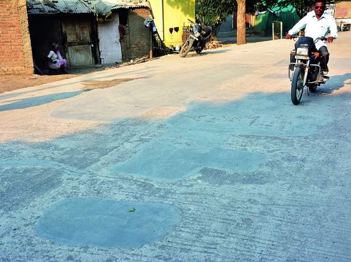 Road to the cement road; Manpa's run to save the guilty | सिमेंट रस्त्याचे वाटोळे; दोषींना वाचविण्यासाठी मनपाची धावाधाव
