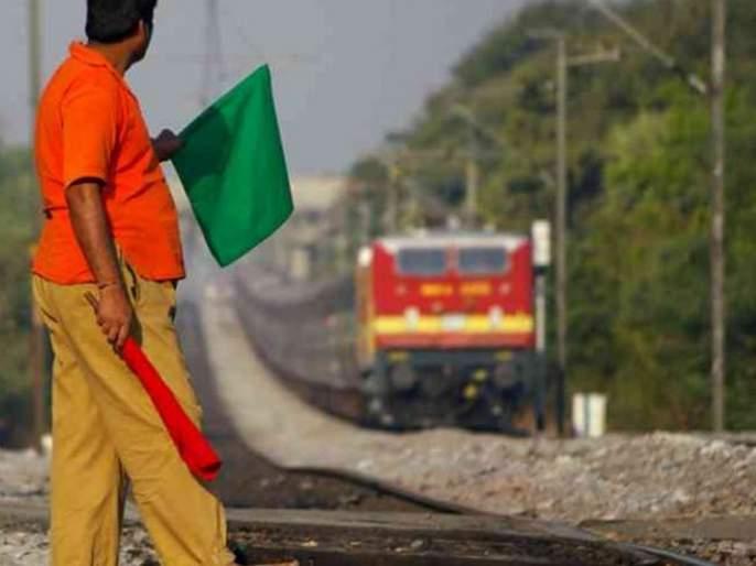 Indian railway not giving wages of contract workers from last three months | रेल्वेकडेही पैशांची वानवा? कंत्राटी कामगारांचे वेतन तीन महिन्यांपासून थकले; जेवणाचेही हाल