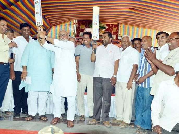 Chhagan Bhujbal: Kharge to support Uddhav Thackeray for farmers   Lok Sabha Election 2019: उद्धव ठाकरेंनी शेतकऱ्यांच्या पाठीत खंजीर खुपसला- छगन भुजबळ