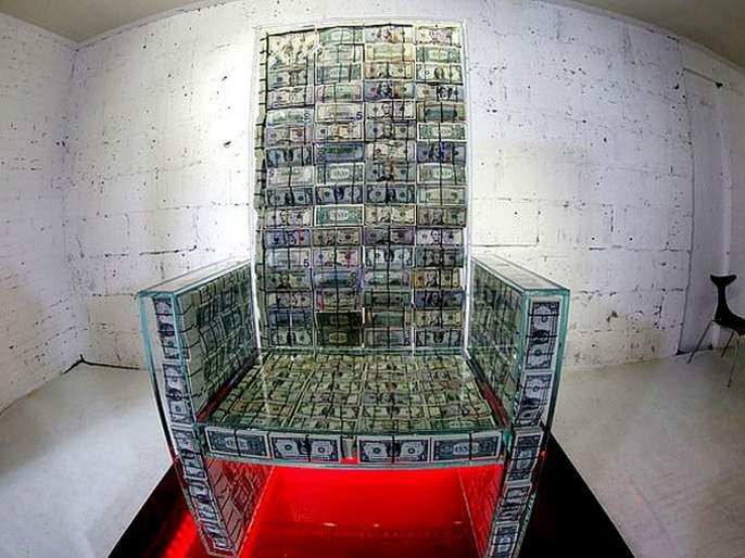 Russian entrepreneur Igor Rybakov and pop artist Alexei Sergiyenko have created a 7 crore glass throne | ७ कोटी रूपयांच्या नोटांपासून तयार केलं बुलेट प्रूफ सिंहासन, श्रीमंत होण्याची मिळेल प्रेरणा?