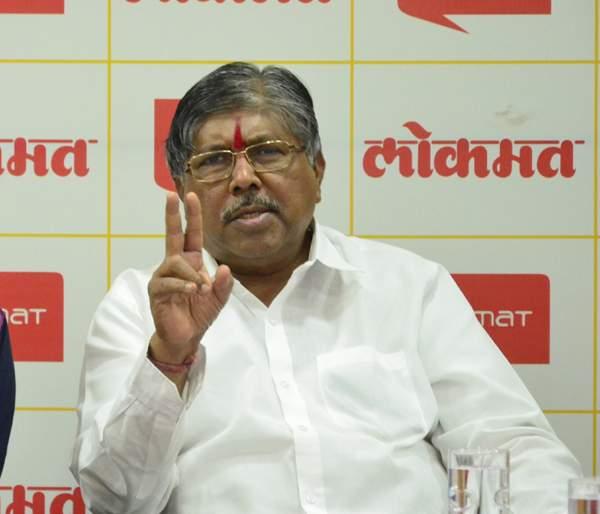 Lok Sabha Election 2019: Chandrakant Das took the responsibility of Mahadik Kosh for the promotion of handcuffs | Lok Sabha Election 2019: हातकणंगले प्रचाराबाबत महाडिक गटाची जबाबदारी चंद्रकांतदादांनी घेतली